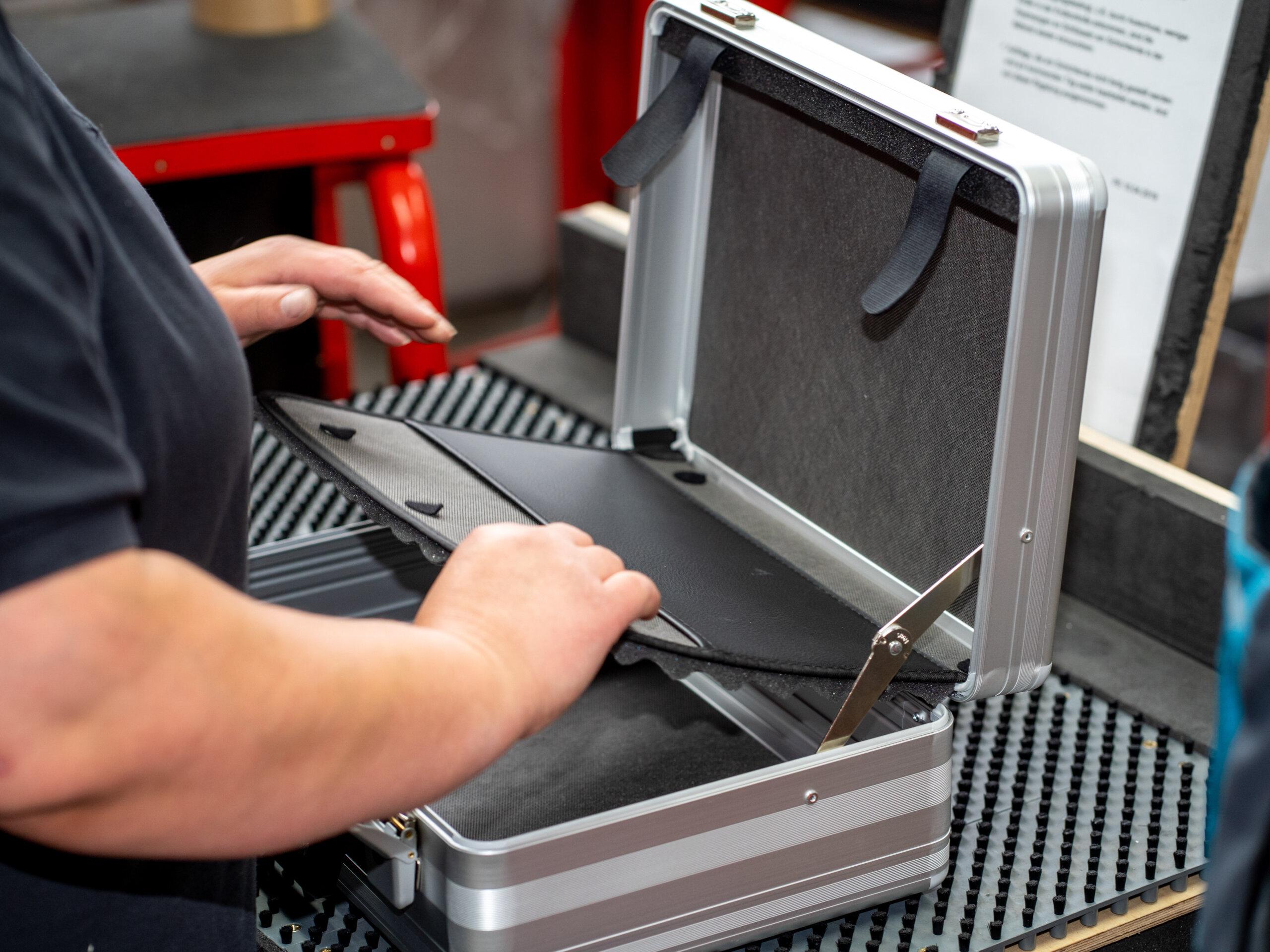 Qualitätskontrolle einer Deckeltasche in einem Spezialkoffer von bwh